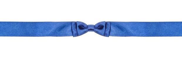 noeud papillon bleu symétrique sur ruban de soie étroit photo
