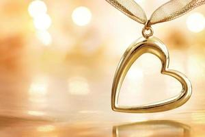 coeur d'or sur fond de lumières défocalisé flamboyant