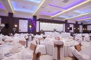 salle de banquet avec lumières colorées