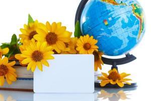 globe avec des livres et des fleurs