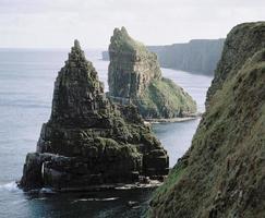 piles de la mer sur la côte