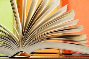 composition avec des livres à couverture rigide dans la bibliothèque
