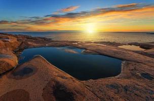 lever du soleil sur la mer en été photo