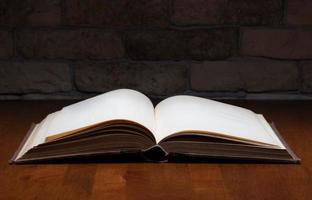 livre sur table photo