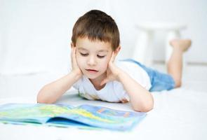 petit garçon lit un livre photo