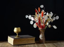 livre et fleurs séchées