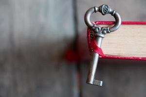 clé et vieux livre