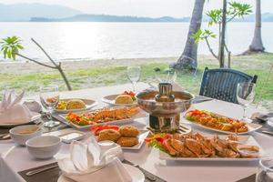 barbecue de fruits de mer pour le dîner au bord de la mer photo