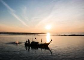 Silhouettes de bateaux de pêche à la mer d'Andaman, Thaïlande