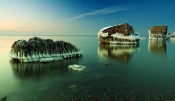 Bâtiment en ruine gelé dans la mer Baltique photo