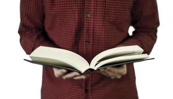 homme tenant un livre ouvert