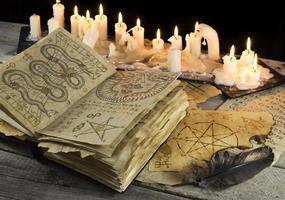 livre grimoire avec bougies photo