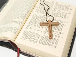biblia con cruz photo