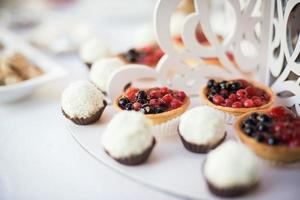 Table de bonbons de mariage colorée avec différents goodies sur écran