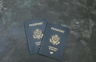 deux passeports américains sur fond noir photo