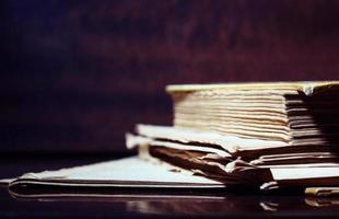un vieux livre avec des pages déchirées sur un fond sombre