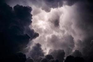 nuages d'orage sur la mer