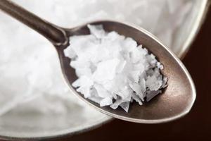 sel de mer dans une cuillère vintage photo