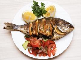 poisson cuit poisson daurade avec. photo