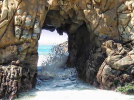 vague se brisant à travers l'arche de la mer