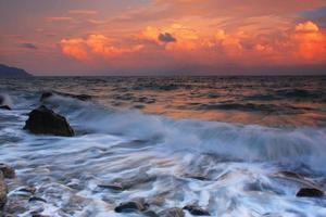 coucher de soleil orageux sur une mer tropicale
