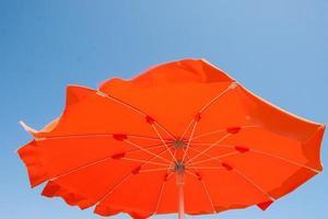 Parasols et transats sur la plage de Cesenatico, Italie photo
