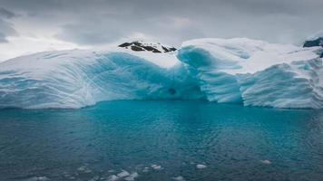 Iceberg à la dérive dans la mer aigue-marine de l'Antarctique