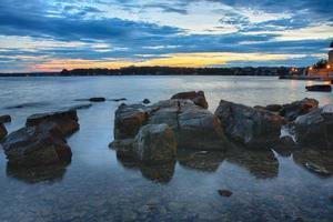 Lever du soleil sur la mer à Porec en Croatie photo