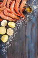crevettes crues, ail, citron vert, curry et sel de mer photo