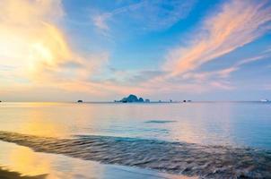 Lever du soleil avec la mer et les îles à aonang, krabi