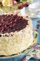 gâteau aux cerises avec crème à la vanille.