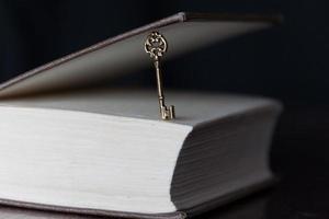 clé d'or et un livre