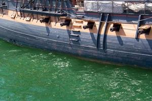 bateau pirate avec canons photo