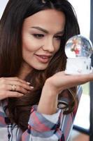 portrait femme avec une boule à neige. photo