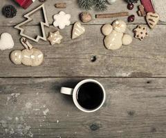 Décorations de Noël, pain d'épice fait maison et main de femme o photo