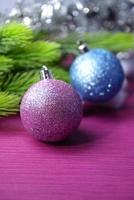 Boules de Noël sur sapin, sur fond de couleur