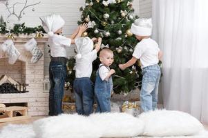 enfants décorent un arbre de noël jouets