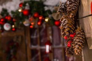Décors de Noël de pommes de pin accroché au mur