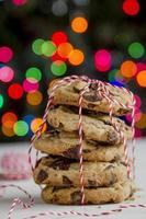 Pile de biscuits aux pépites de chocolat devant l'arbre de Noël