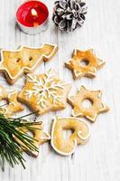 Biscuits de pain d'épice de Noël avec des ornements sur planche de bois