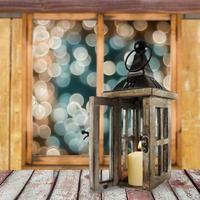 lanterne sur le rebord de la fenêtre en hiver