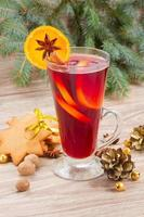 vin rouge chaud avec arbre de Noël