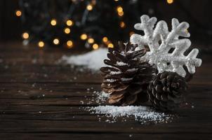 carte de noël avec neige et boules photo
