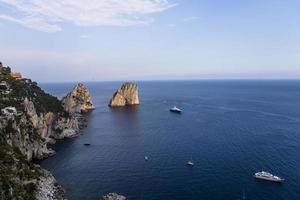 Île de Faraglioni et falaises, Capri, Italie