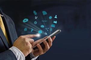 main tenant le smartphone avec des icônes