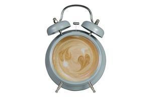 café chaud avec de la mousse mousseuse à l'intérieur d'un réveil bleu