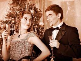 couple sur la fête de Noël. rétro noir et blanc. photo