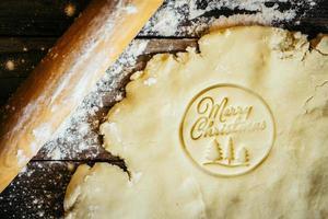 faire des biscuits de Noël joyeux