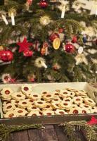 biscuits de Noël sous l'arbre de Noël photo