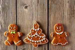 couple de pain d'épice de Noël et biscuits aux arbres